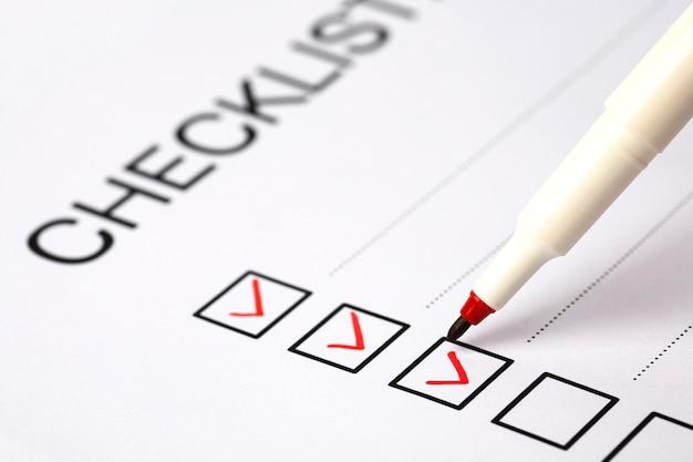 Marca de lápiz rojo en la casilla de lista de verificación