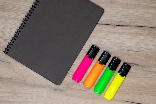 Marcadores y cuaderno