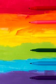 Marcadores con fondo de arco iris