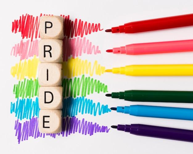 Marcadores de primer plano en colores del arco iris