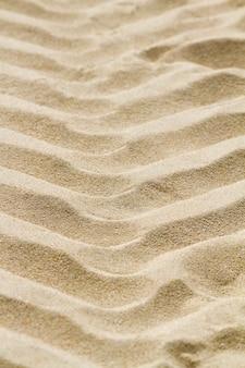 Marcas de huellas de neumáticos en la arena de la playa.