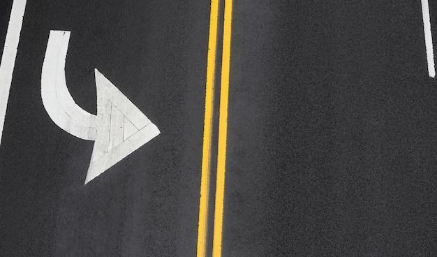 Marcas viales sobre asfalto en las calles de manhattan en la ciudad de nueva york