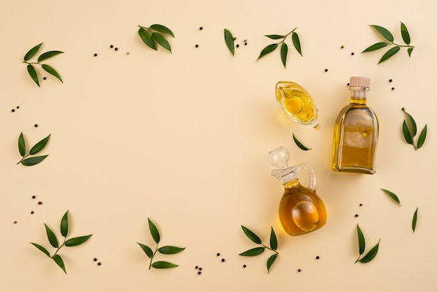 Marco de aceite de oliva y hojas con espacio de copia
