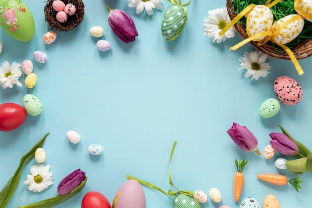 Marco de adornos y huevos para pascua