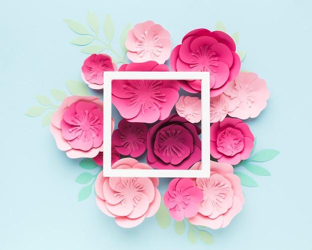 Marco con adornos de papel floral al lado