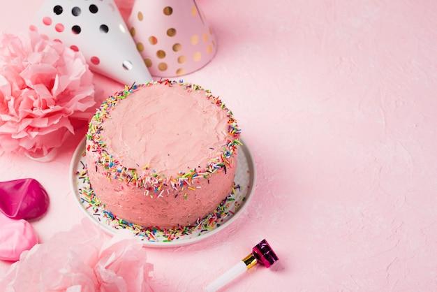 Marco de alto ángulo con decoraciones y pastel
