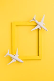 Marco amarillo con aviones de juguete.