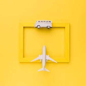 Marco amarillo decorado con transporte de juguetes.