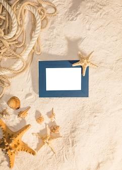 Marco azul con habitantes del mar en la arena