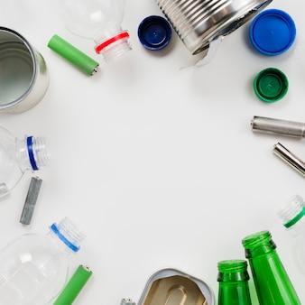 Marco de basura reciclable sobre fondo gris.
