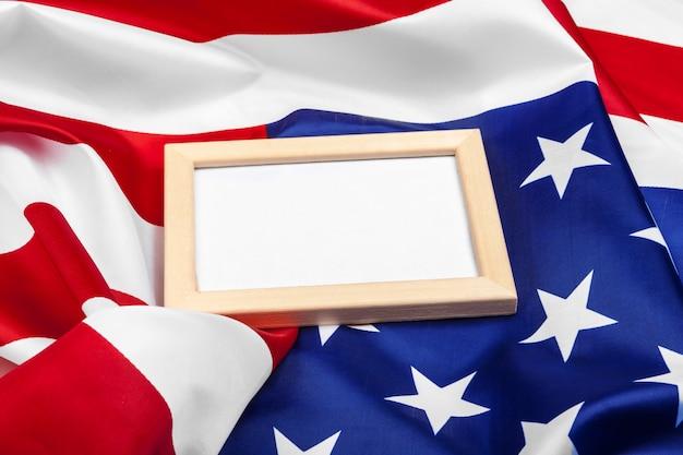 Marco en blanco en la bandera americana