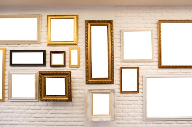 Marco blanco en blanco de la foto en la pared para el fondo