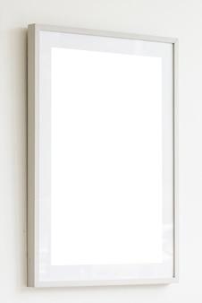 Marco blanco en blanco sobre fondo de pared blanca