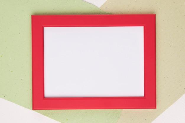 Marco blanco con borde rojo sobre papel