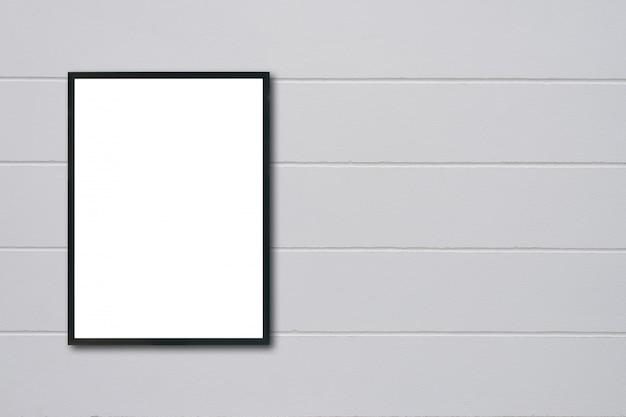 Marco en blanco colgado en la pared.