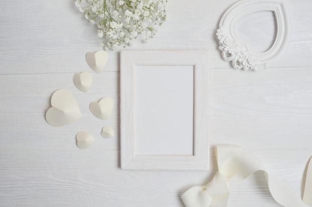 Marco blanco con decoración de san valentín.