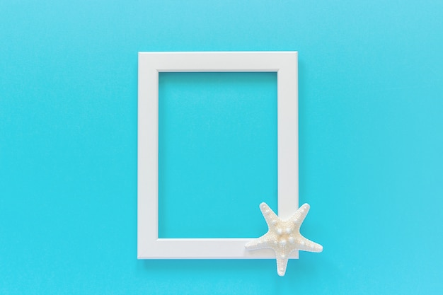 Marco blanco con estrellas de mar sobre fondo azul