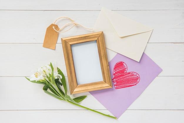 Marco en blanco con flores y dibujo de corazón