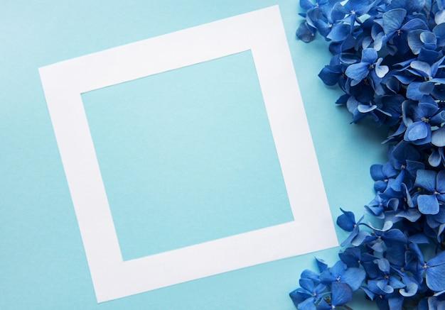 Marco blanco y flores de hortensia azul