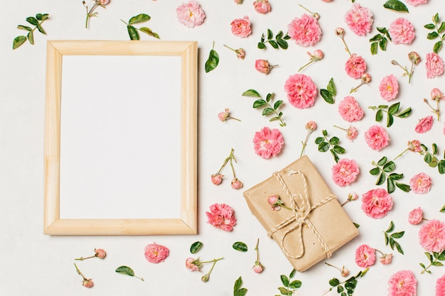 Marco en blanco con flores en la mesa
