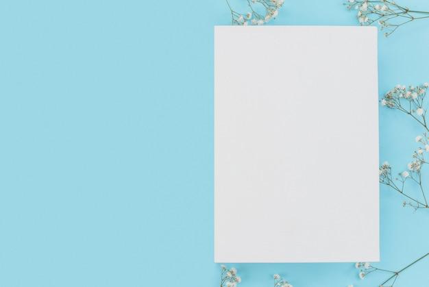 Marco en blanco con flores