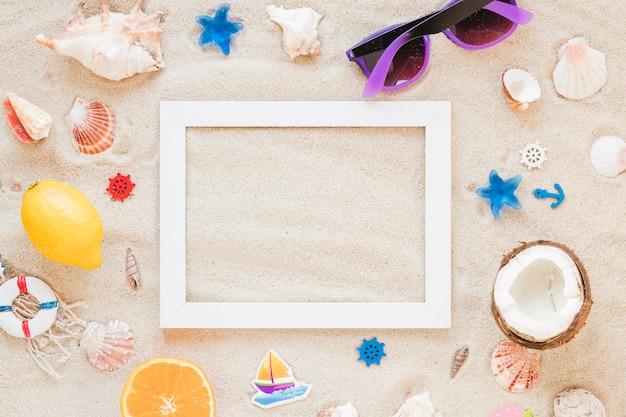 Marco en blanco con gafas de sol y conchas marinas.