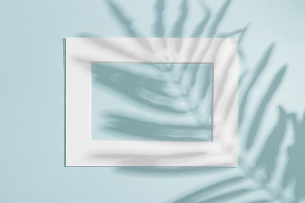 Marco blanco horizontal con sombra de hoja