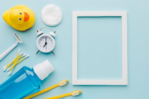 Marco en blanco y productos de higiene