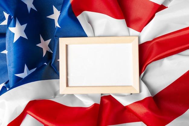 Marco en blanco sobre fondo de bandera estadounidense