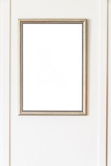 Marco en blanco sobre fondo de pared blanca