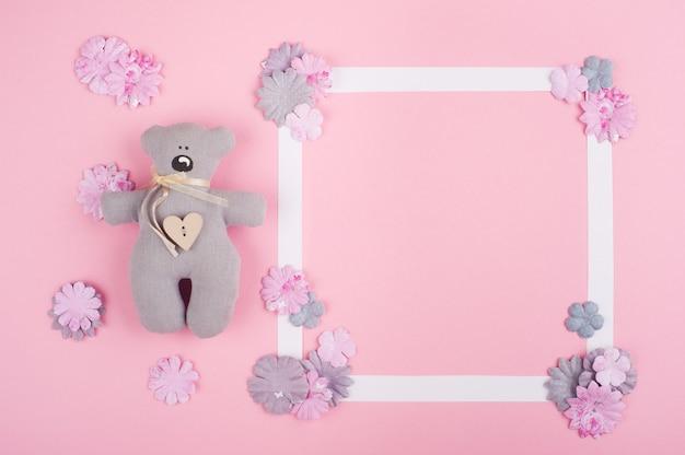 Marco blanco vacío y flores de papel diy