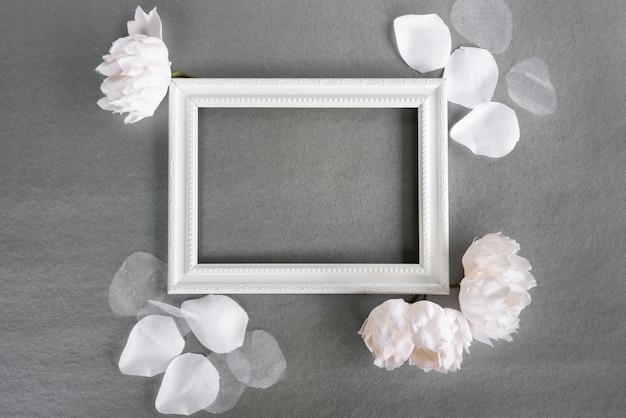 Marco blanco de la vista superior con fondo gris