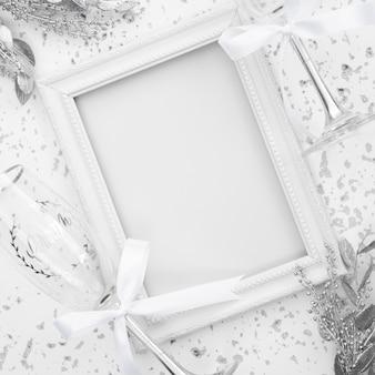 Marco de boda blanco con decoraciones.