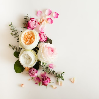 Marco de boda redondo floral endecha plana. vista superior de flores color de rosa con espacio de copia