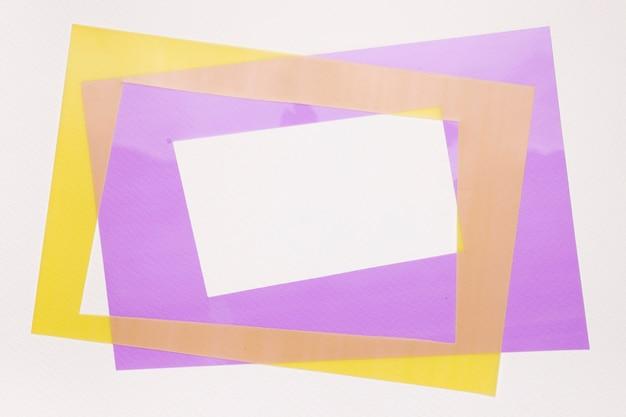 Marco de borde amarillo y morado aislado sobre fondo blanco.