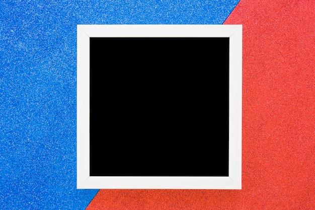 Marco de borde blanco sobre fondo azul y rojo dual