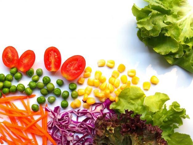 Marco de borde con ensalada de verduras frescas orgánicas alimentos saludables y pérdida de peso aislado con espacio de copia.