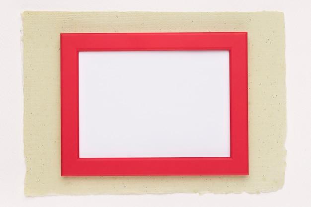 Marco de borde rojo sobre papel sobre fondo blanco.