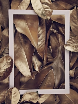 Marco de borde sobre el fondo de hojas doradas