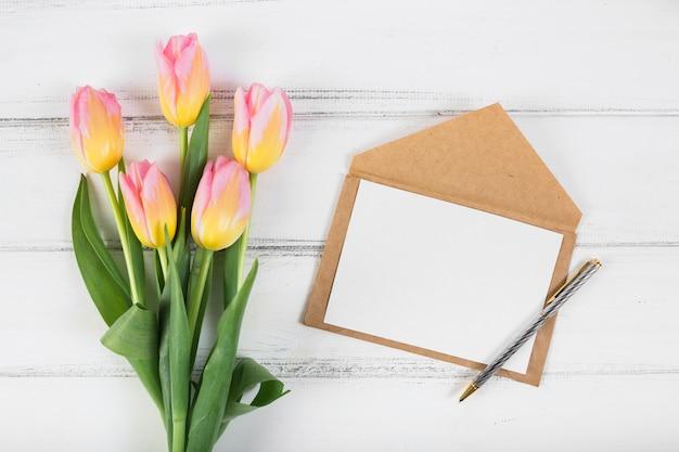Marco carta y ramo de tulipanes.