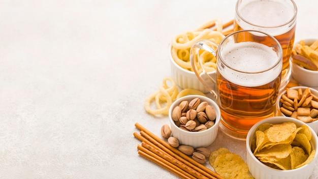 Marco de cerveza y aperitivos de alto ángulo