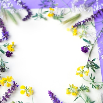Marco circular blanco hecho con flores para escribir texto