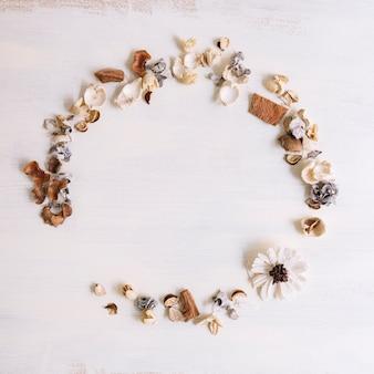 Marco circular hecho con pétalos y flores sobre fondo grunge