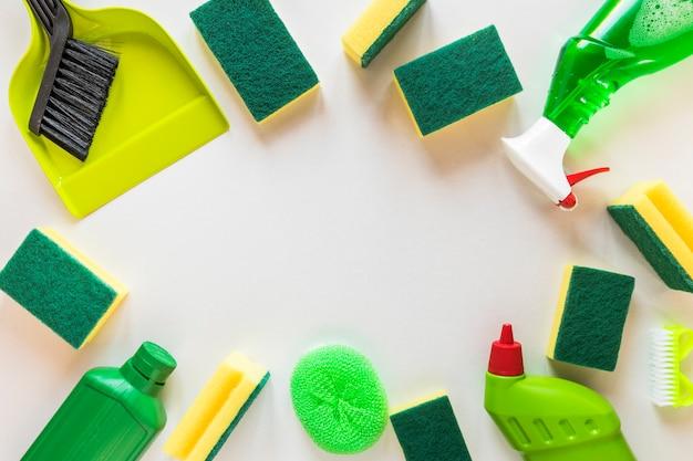 Marco circular plano con productos de limpieza y espacio de copia