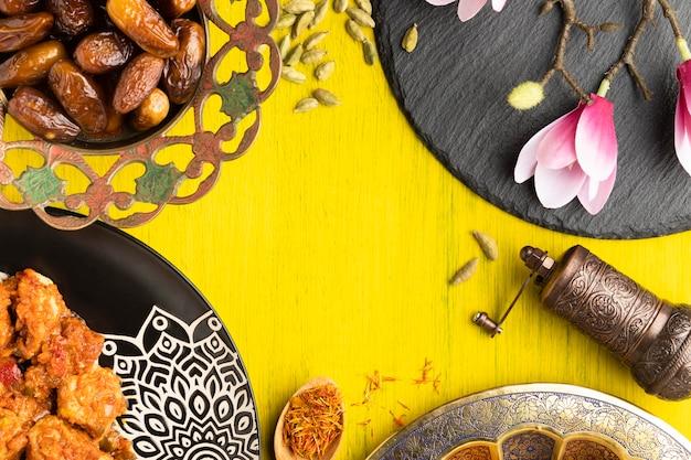 Marco circular vista superior con comida y flor.