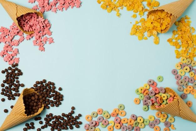 Marco circular de vista superior con conos de helado y espacio de copia