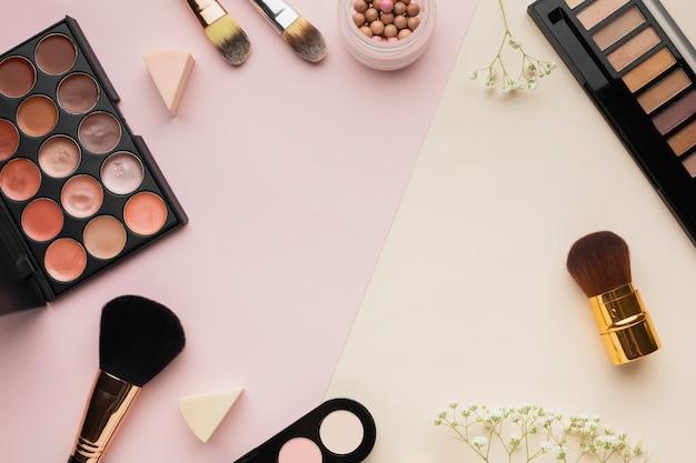 Marco circular de vista superior con cosméticos y espacio de copia