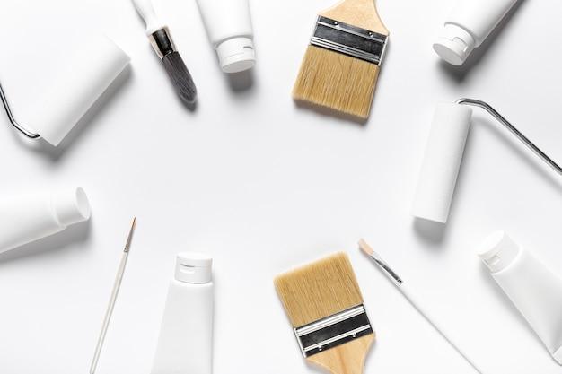 Marco circular de vista superior con herramientas de pintura