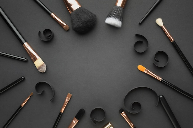 Marco circular de vista superior con pinceles de maquillaje