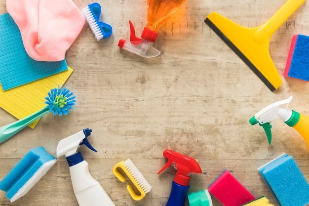 Marco circular de vista superior con productos de limpieza